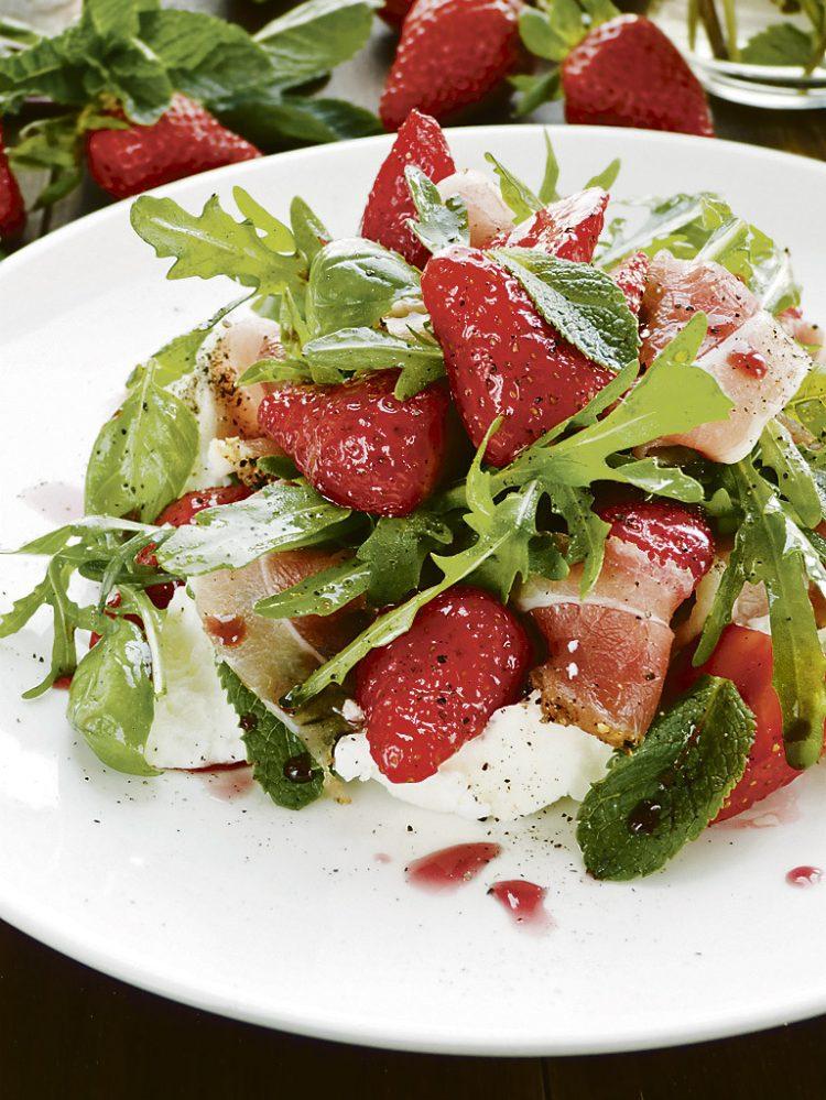 Prsut i jagode u salati