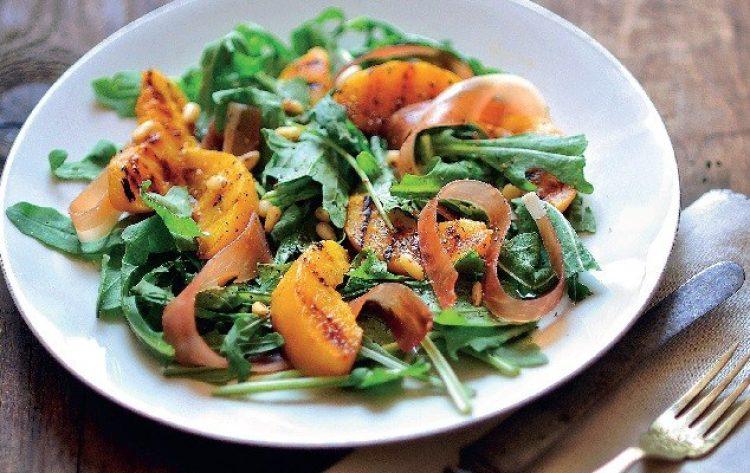Salata od rikule, pršuta i breskvi