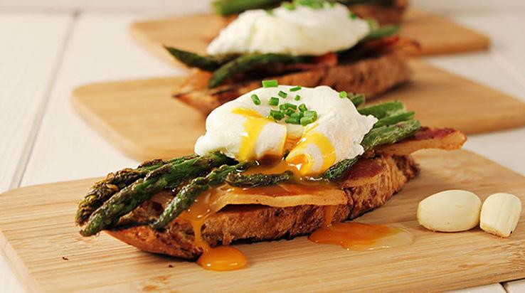 sendvic-sa-sparogama-i-posiranim-jajima