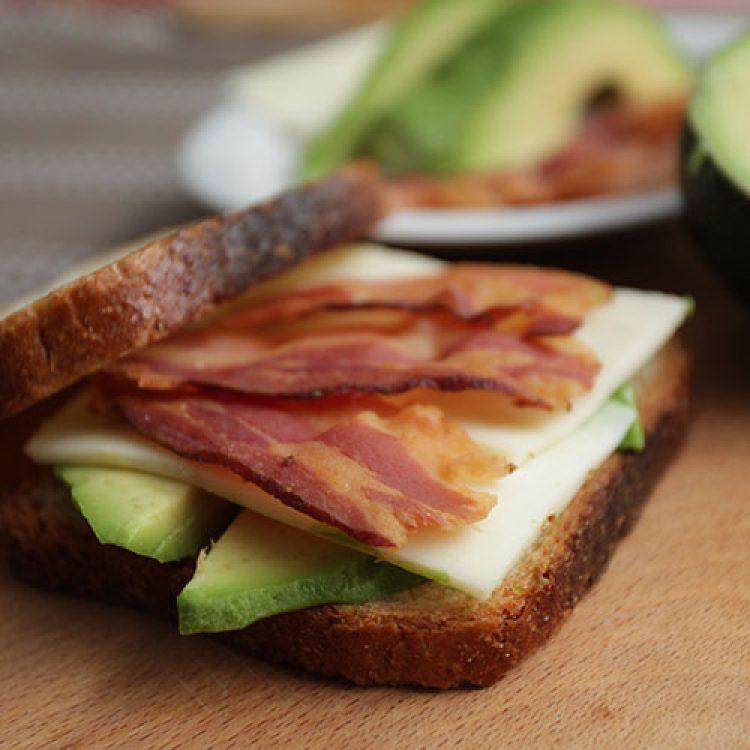 tost-sendvici-sa-slaninom-i-avokadom